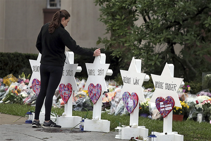 Cathal -Mc Naughton -Reuters _makeshift -memorial -181029-Tree -of -Life -synagogue -shooting -Pittsburgh -Pennsylvania -181027_700x 467